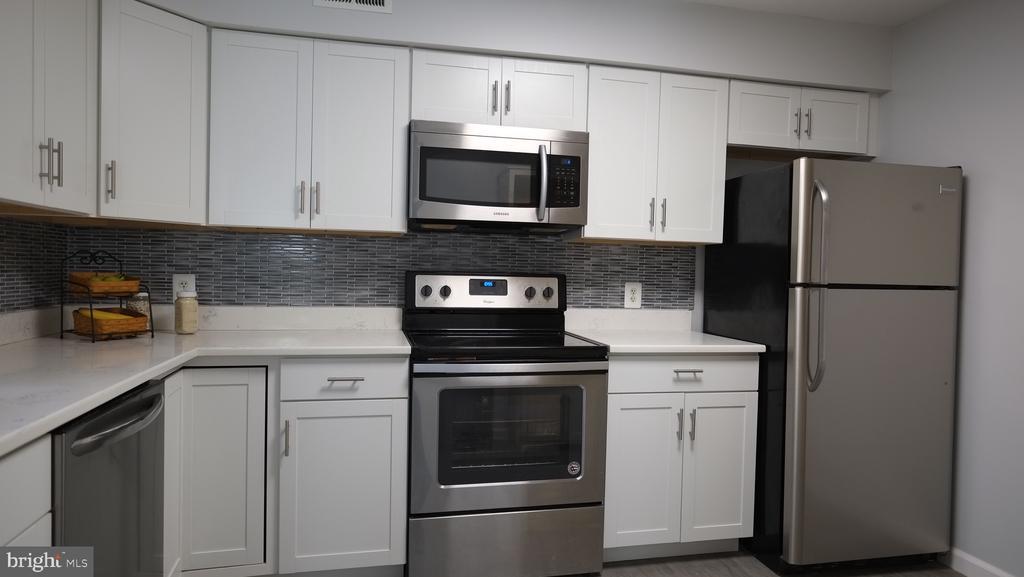 Stainless appliances - 11713-D KARBON HILL CT #707A, RESTON