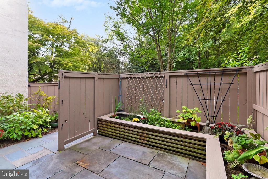 Private front patio - 11704 NEWBRIDGE CT, RESTON