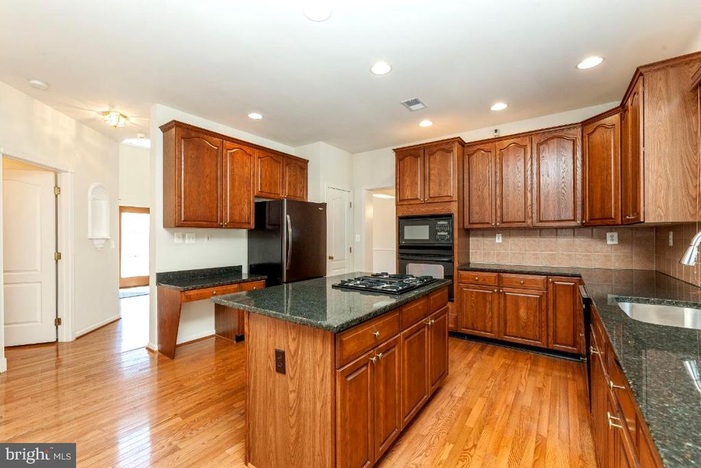 Gourmet Kitchen with granite counter tops - 47430 RIVERBANK FOREST PL, STERLING