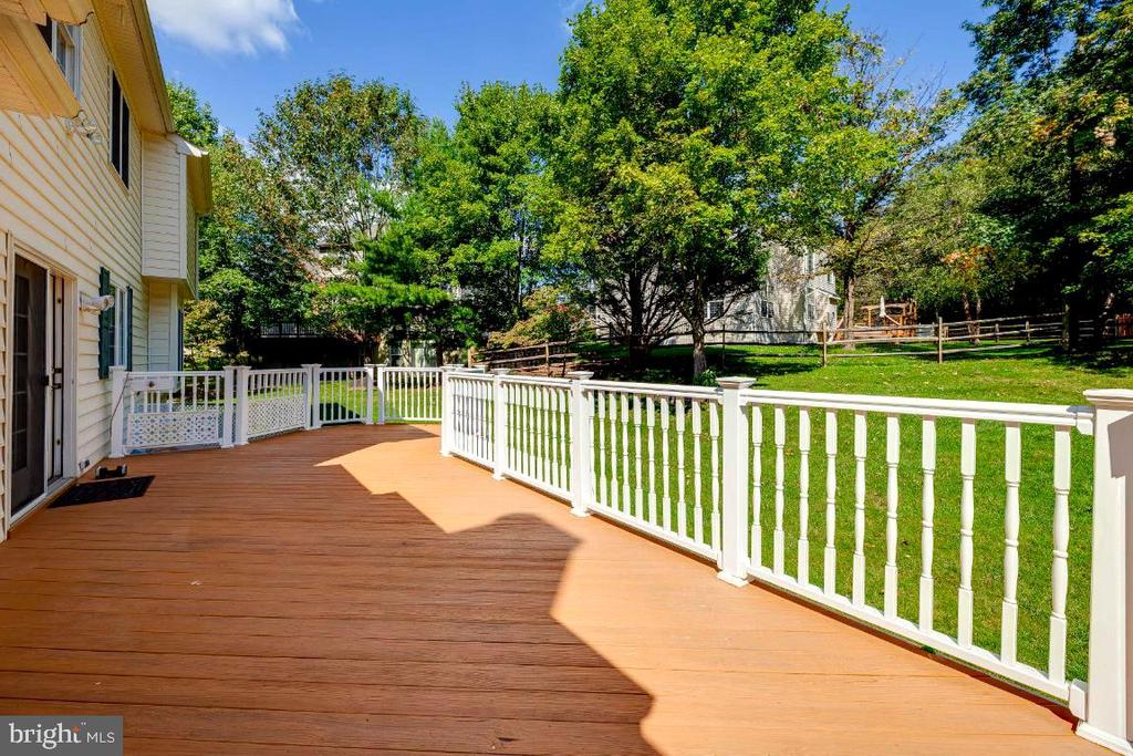 Trek Deck Over-Looking Beautiful Backyard - 47430 RIVERBANK FOREST PL, STERLING