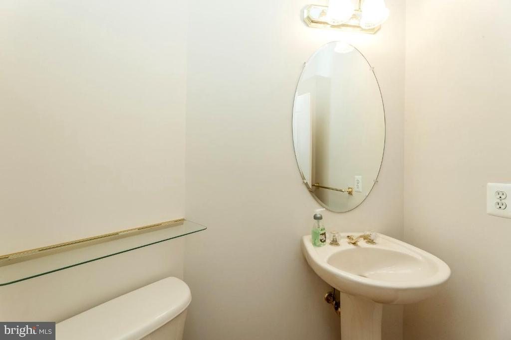 Guest Bath on Main level - 47430 RIVERBANK FOREST PL, STERLING