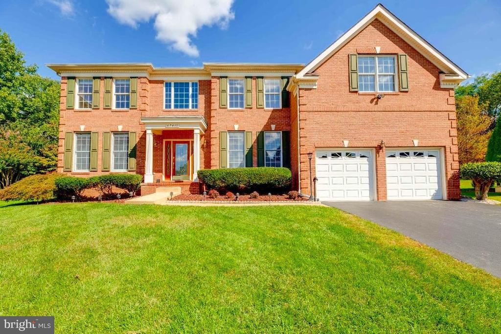 Toll Brother Beautiful Home - 47430 RIVERBANK FOREST PL, STERLING
