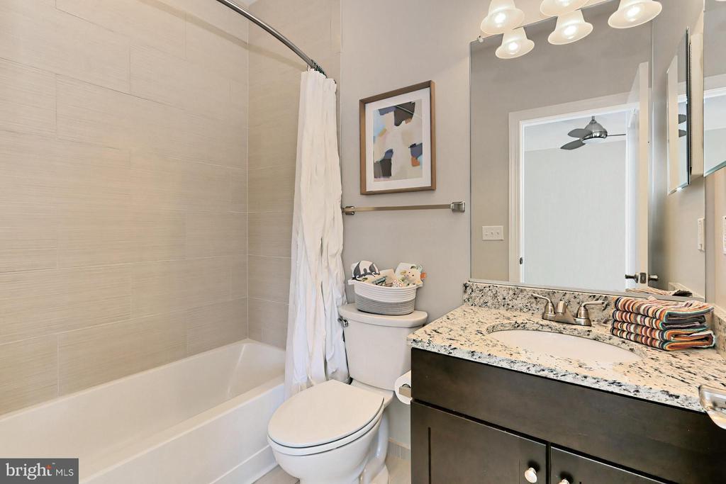 Classic tile and granite counters .. perfect - 4348 4TH N, ARLINGTON