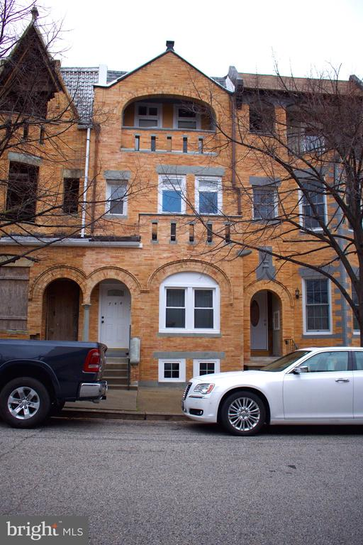 Great 1bd/1bth in Reservoir Hill  located in a 3-unit building. Close to major throughways with easy access to downtown Baltimore. Very Spacious 1bd room with lots of Natural Light.  Apartment has been recently updated and includes stainless steel appliances and hardwood floors throughout.  Tenant Responsible for utilities, pets are case by case basis. Great Apartment at a great price !