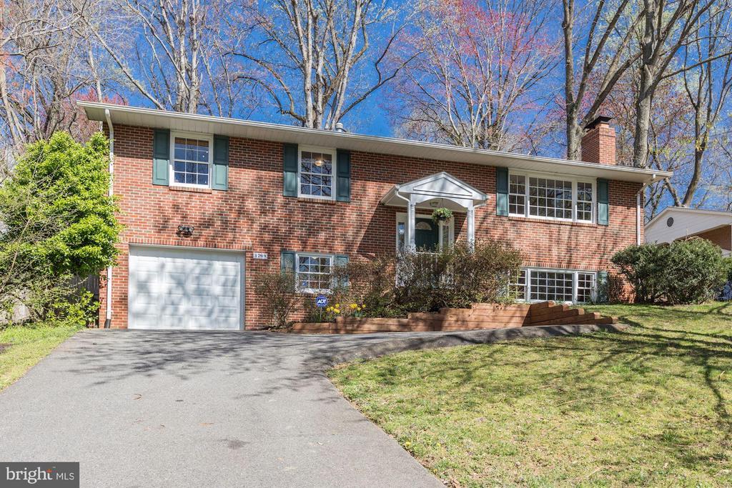 1709 VALLEY AVENUE, MCLEAN, Virginia 22101, 5 Bedrooms Bedrooms, ,3 BathroomsBathrooms,Residential,For Sale,VALLEY,VAFX1120746