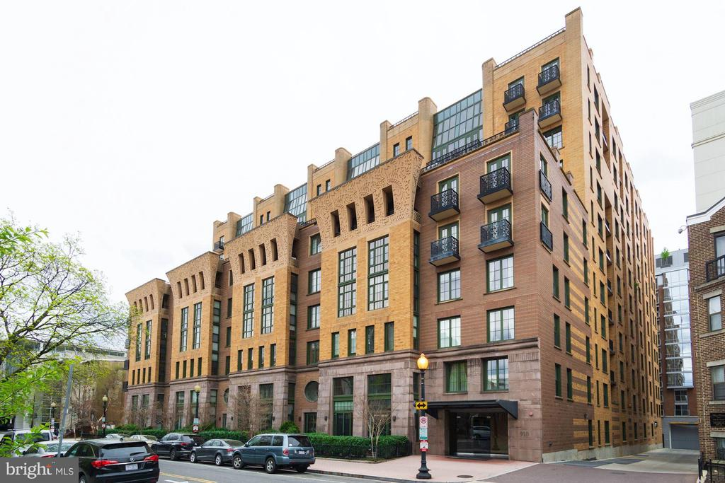 THE WHITMAN CONDOMINIUM - Beautiful 2BR/2BA pet-friendly condo in the heart of the city at the doorstep of Blagden Alley, shops, restaurants, cafes, art galleries, metro station and  Convention Center.  Brightly lit, facing front of building with views of Blagden Alley and cityscape. Floor-to-ceiling windows, beautiful hardwood floors, stainless appliances, and granite countertops. Master bedroom has rooftop views of historic townhouses and trees. The second room is really a good-sized den that the owner made into a 2nd bedroom with queen sized bed, large closet bed, chair and end tables. Underground garage parking space conveys with property. Pet friendly, extra storage, gym, roofdeck pool, meeting/party room, 24-hr concierge and attentive property management.