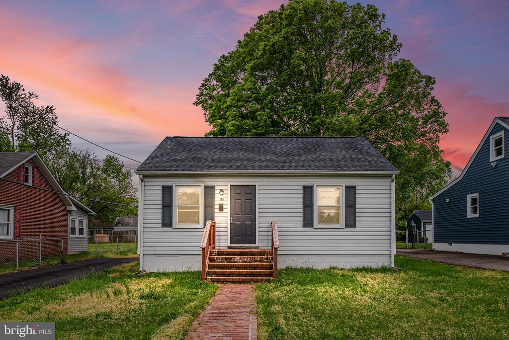PENDING RELEASE.Cute contemporary one bedroom one bath home has fresh updates and a large backyard. It's located in a very nice neighborhood that is within 3 miles of downtown Fredericksburg and the VRE.PLEASE SEE VIRTUAL TOUR!
