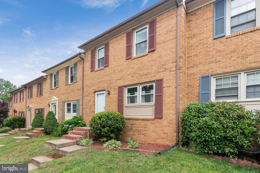 Well kept townhouse minutes from Fredericksburg downtown.  3 levels with a potential 3rd bedroom downstairs. Hardwood floors throughout the entire house. Renovated bathroom with some special touches. Fenced backyard.
