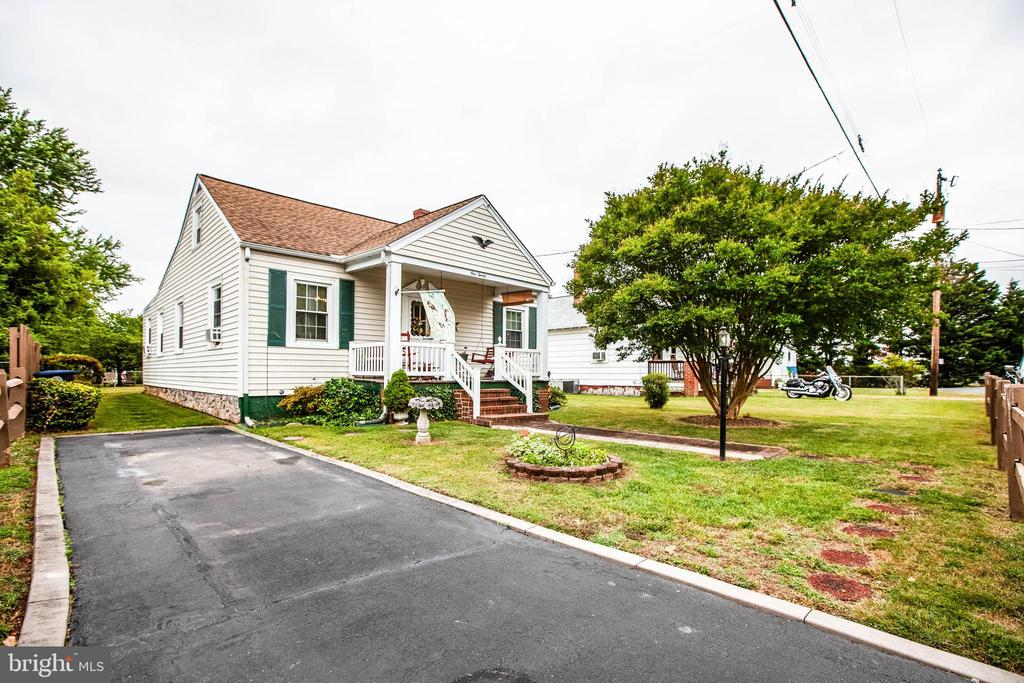 GREAT- Small traditional home in the city.  Close to everything, and ready for new owners. Home sits on a well maintained lot .