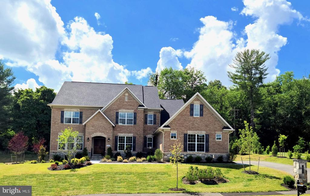 10241 Forest Lake Dr, Great Falls, VA 22066