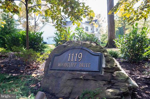 1119 Woodcliff Dr, Alexandria, VA 22308