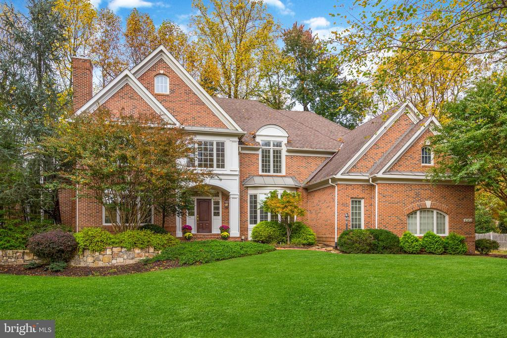 Located in the coveted Estates at Longwood and just minutes from Great Falls Village, this home, expertly built by The Gulick Group is perfectly positioned away from the street on a sprawling lot. The interior spans 3 levels and offers a thoughtful floor plan, which includes 5 bedrooms, 4 full bathrooms, and 1 half bathroom. Additional features include: chef's grade appliances, 2 family rooms, screening area, 3 fireplaces, mature landscaping, rear deck, and a 3 car garage.