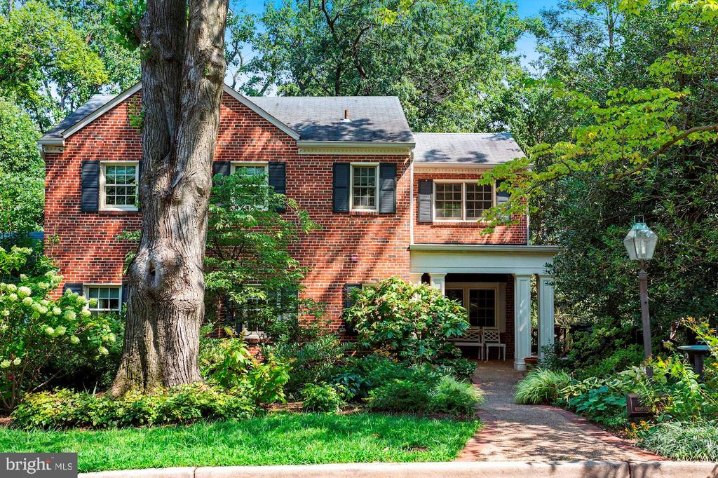 Beautifully updated home featuring an open floor plan, gourmet kitchen with high end appliances, multiple living areas on main level as well as a dedicated home office. Huge customs windows with city views and winter river view. Reclaimed heart of pine flooring on two levels. Updated baths, master suite with private upper level deck, walk -in-closet and full bath. Two additional full baths on upper level. Lower level recreation room, full bath and 4th bedroom.Main level mud room/Laundry with separate entrance and ample storage. Upgraded electrical system, and 3 zone HVAC.