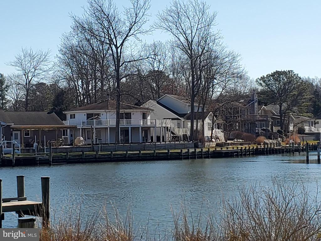 WATERFRONT OCTAGON SHAPED HOME WITH WRAP AROUND PORCH, PATIO, 150 WATERFRONT FOOTAGE, OPENS UP TO TRANQUIL CANAL, ALL LOCATED ON A CUL DE SAC.   THIS 3 BEDROOM 2 FULL BATH HOME HAS OPEN FLOOR PLAN, ON BOTH LEVELS, OVER 2100 SQ FT.  CEDAR WOOD TONGUE AND GROOVE PLANK WALLS IN LIVING ROOM, MASTER BEDROOM, AND HALLWAY BATH. SPACIOUS ROOMS,  SURROUNDED BY 8FT SLIDING GLASS DOORS, EQUIPPED TO OPEN UP THAT WATERFRONT VIEW, AND NATURAL LIGHT.
