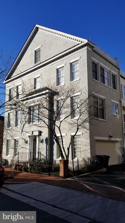 1808 Potomac Greens Dr, Alexandria, VA 22314