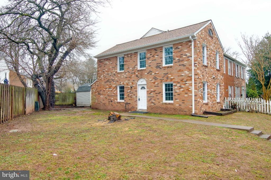 Absolutely Beautiful 2 Side Brick End Unit Townhome on Premium Lot! 3Bedrooms,2.5Baths, All Baths are updated, HVAC was replaced 2011, Newer Water Heater, Brand New Roof with new Gutters, and Down-spouts, Newer Windows, Brand New Carpet in Upper level and Brand New Laminated Floors in Living room, Dining Room and in the Kitchen, Freshley Painted throughout the house, Washer and Dryer in the kitchen with Brand New Refrigerator, refinished the kitchen Countertops, Brand new Light Fixtures & More*Move In Now, In The Heart of The City of Manassas*Minutes From VRE & Old Town, Walk To Schools, Shopping & Train*Must See...STUNNING!