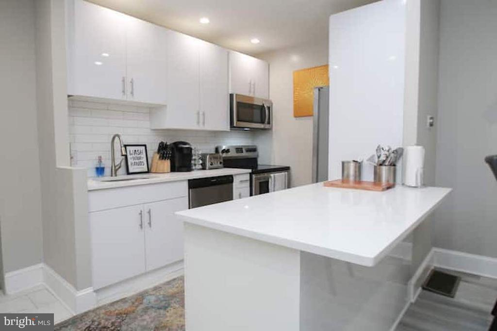 Awesome Location! Walking distance to All!    Large OPEN BRAND NEW Ultra Modern  1 bedroom 1 bath well maintained and updated condo with 300 ft of private outdoor space on desirable tree lined Green St with private storage locker.Entire apartment was just GUT RENOVATED down to the studs.High end fixtures and finishes throughout. Stainlesschef's kitchen with largeisland and Quartz countertops. Stackable Washer Bright spacious open floor plan, high ceilings, large bedroom with generous closet, a cook's kitchen with large dining area, hall closet, large closet in bathroom, and restored charming fireplace. Unit has an additional storage locker. Within walking distance to Whole Foods Market, Fairmount Park, Boat House Row, all museums, restaurants and shops. There aremultiple public transit options (both bus and subway) and easy access to both 676 & 76.
