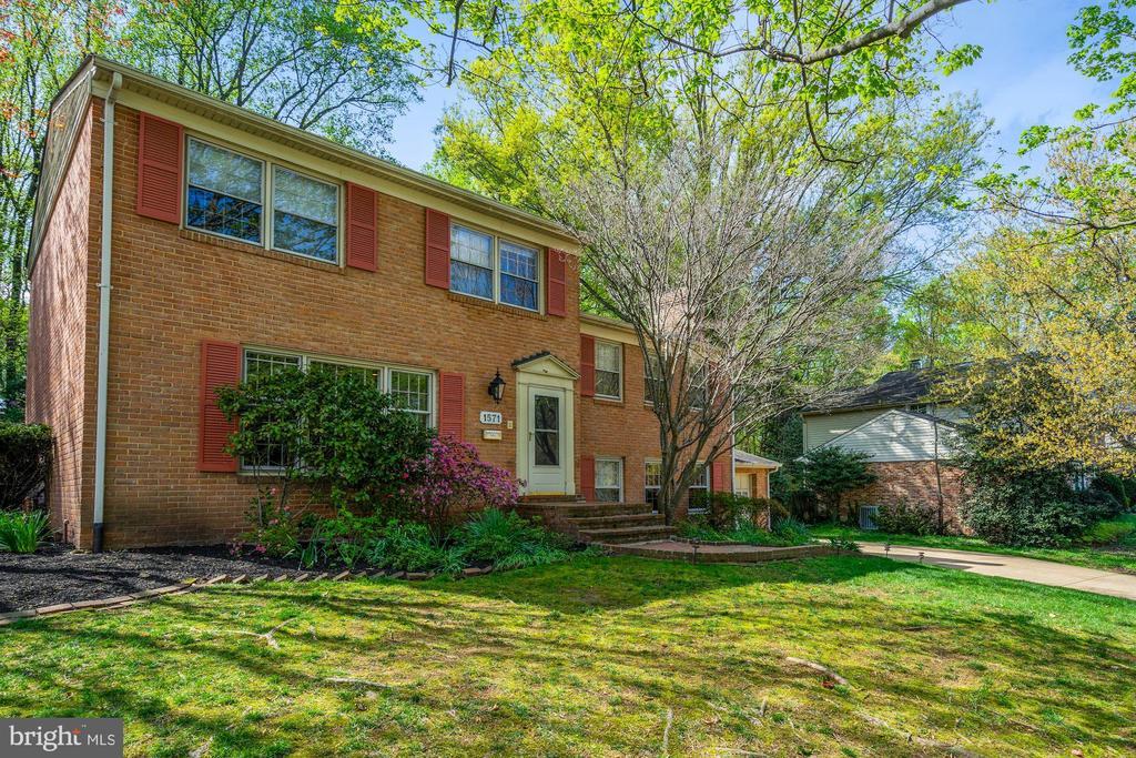 1571 Forest Villa Ln, McLean, VA 22101