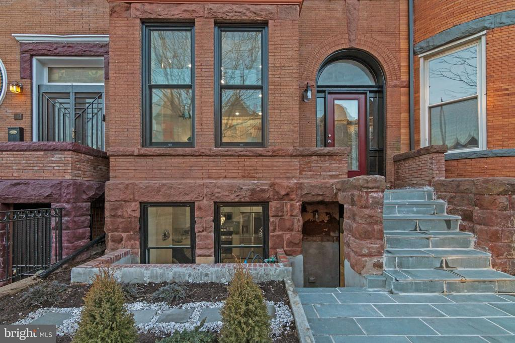 Newly renovated unit (one of 3 units in a gorgeous building). This is the lower level unit. Total renovation with: hardwood floors, stainless appliances, etc. All brand new. Accessible to Metro and surrounded by great city life.
