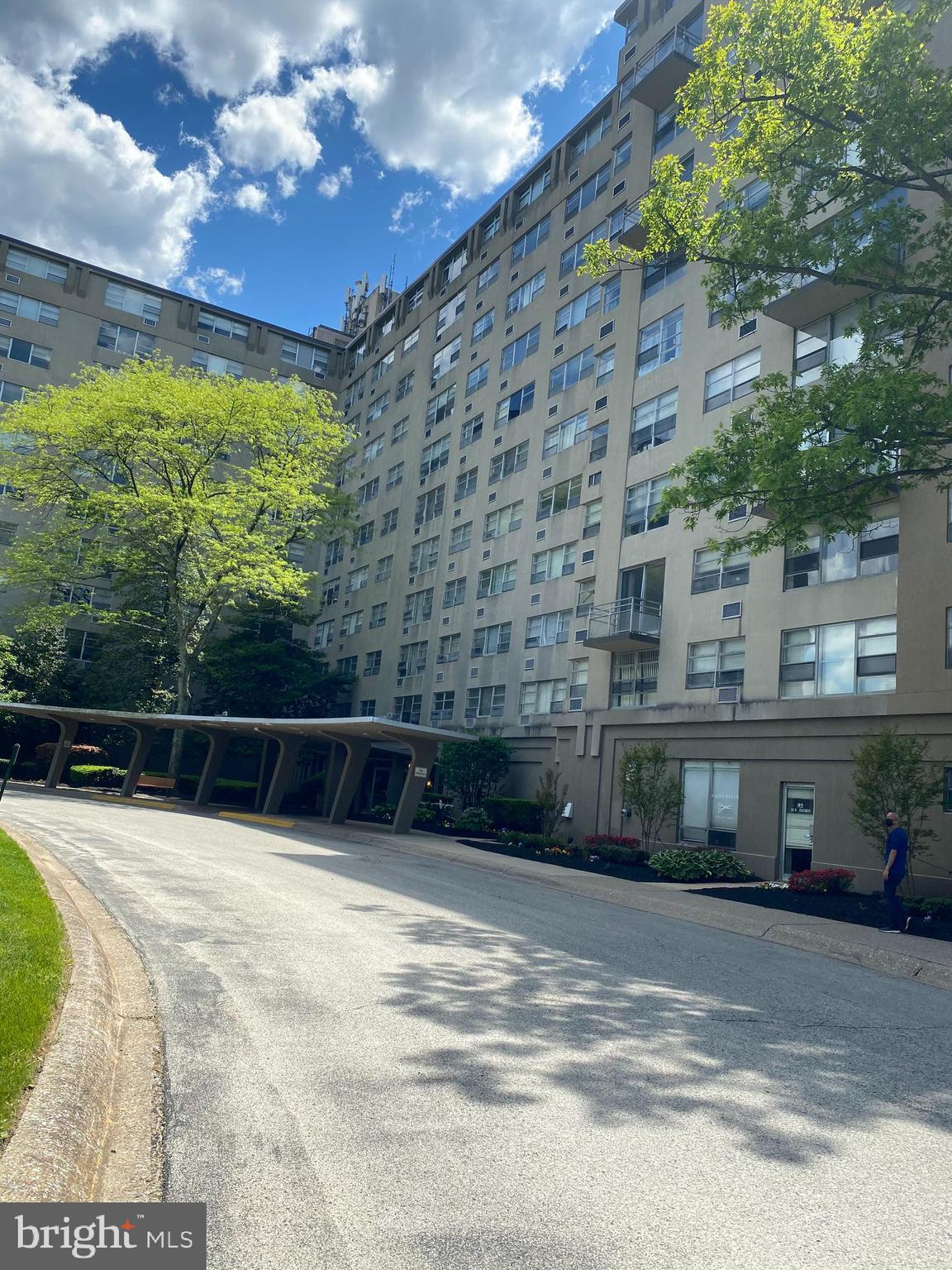 This one bed/one bath on 4th floor  at Radnor House condominium is at great location,  award-winning Radnor school district. It has 24 hour secure monitored lobby entry,  a large common laundry in the basement along with a storage bin for each unit. The convenient location features a short walk to the Rosemont station of the R5 train line and a 4 mile ample parking.Tenalt has lease until 8/31/2022, rent is $1100/month.