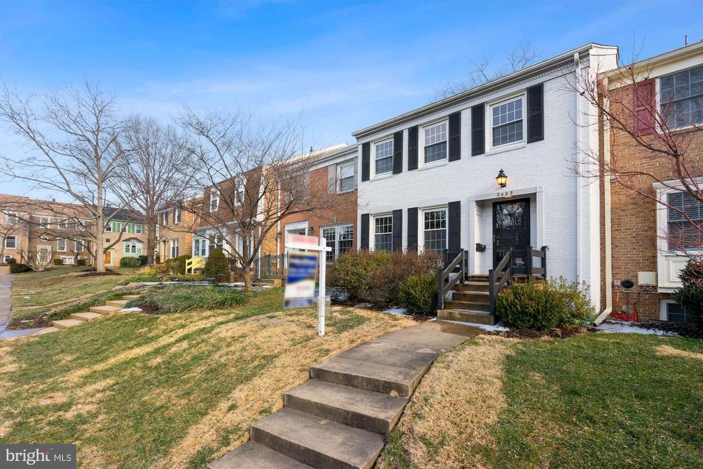 2423 Falls Place Ct, Falls Church, VA 22043