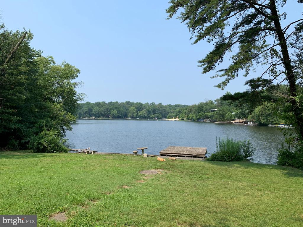 Lake Barcroft - 4BR/3BA waterfront home on quiet cul-de-sac! Fabulous lake views from both levels, level lot. Lake Barcroft offers swimming, boating, and fishing on a private lake just minutes to Arlington, Tysons, and DC! Easy access to commuter routes!